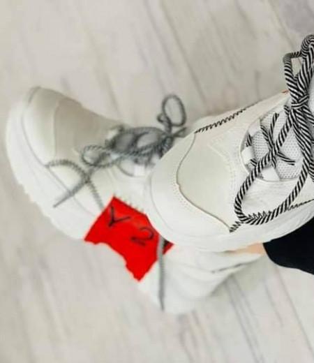 Białe sportowe sneakersy z czerwonym akcentem 1