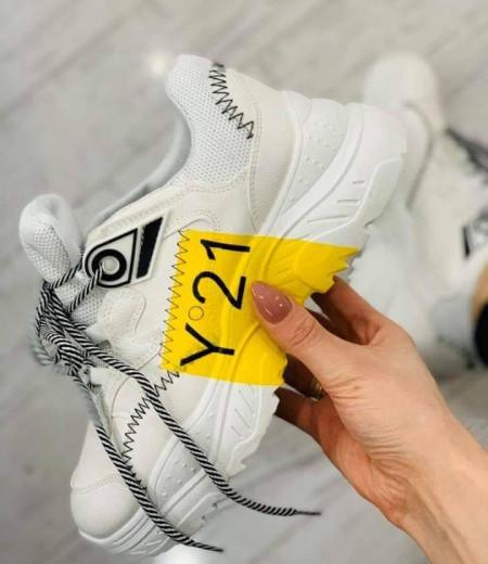 Białe sportowe sneakersy z żółtym akcentem