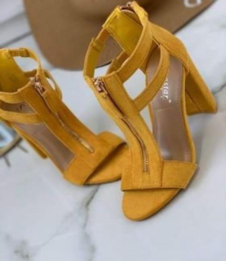 Żółte zamszowe sandały na słupku